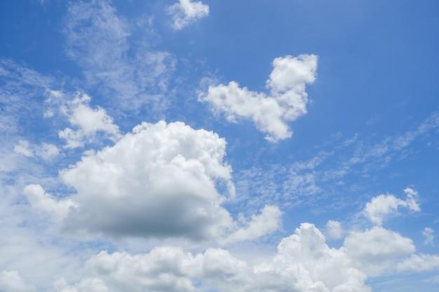 El cielo de verano es azul brillante. siéntete relajado al mirar. ver el sol