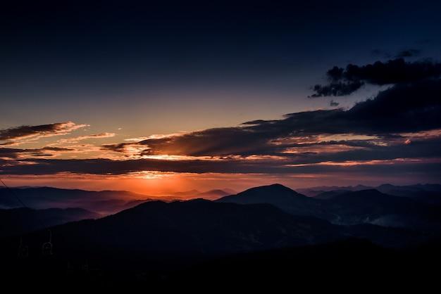 Cielo violeta de la tarde sobre las montañas