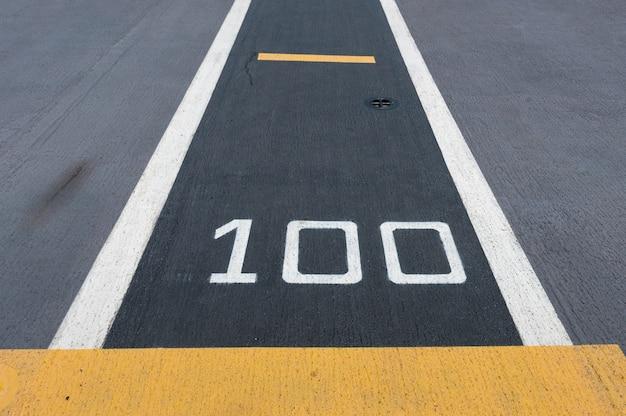 Cien metros, pista de aterrizaje en un portaaviones (significado abstracto se aplica a cien)