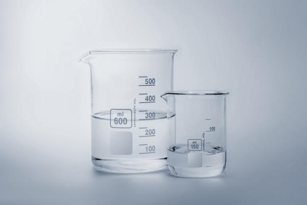 Ciencia y cristalería médica y tubo de ensayo.