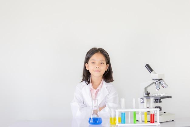 Ciencia infantil, niña feliz jugando haciendo experimentos químicos en el laboratorio