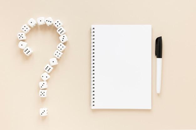 Ciencia de las probabilidades de dados cuaderno vacío con signo de interrogación