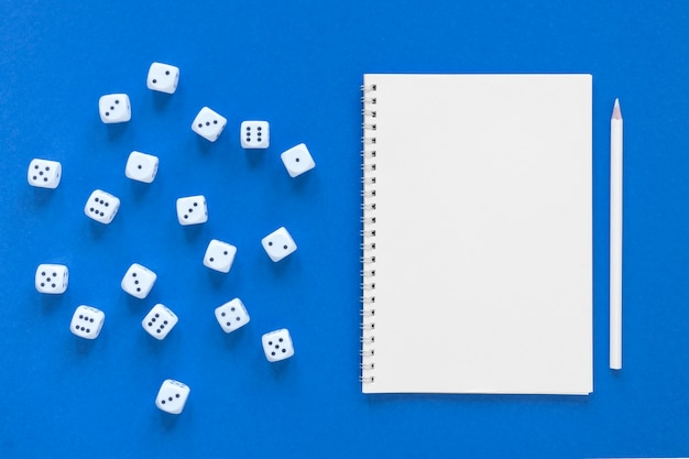 Ciencia de probabilidades de dados y cuaderno vacío