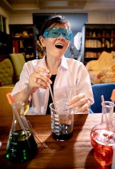 Científica divertida en laboratorio químico
