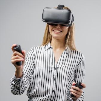 Científica sonriente con un casco de realidad virtual