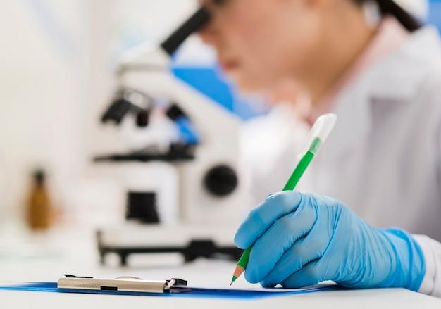 Científica trabajando en el laboratorio.