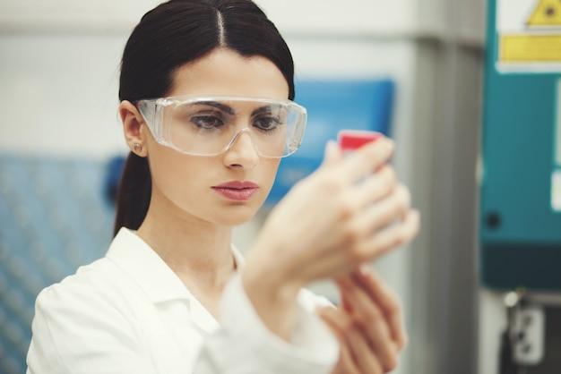 Científica en el trabajo en un laboratorio.