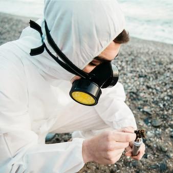 Cientifico analizando playa