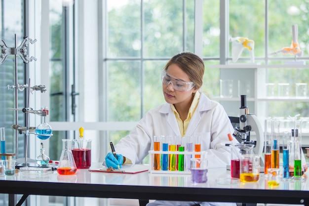 Científico asiático trabajando en laboratorio científico