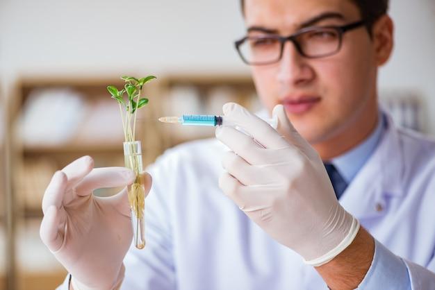 Científico de biotecnología trabajando en el laboratorio.
