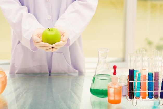 Científico con manzana verde