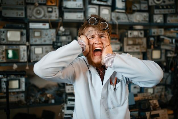 Un científico extraño se ha vuelto loco en su laboratorio. equipo de laboratorio, taller de ingeniería
