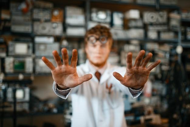 Científico extraño que muestra las manos quemadas en el laboratorio. equipo de laboratorio, taller de ingeniería