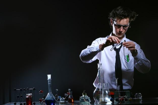 Científico haciendo experimento químico