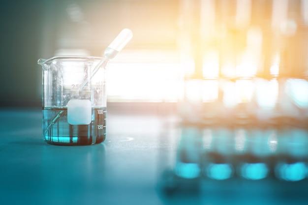 Científico investigación química en el laboratorio de ciencias