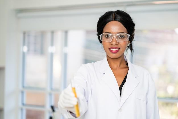 Científico en laboratorio con la celebración de un tubo de ensayo. tecnología de atención médica médica y concepto de investigación y desarrollo farmacéutico