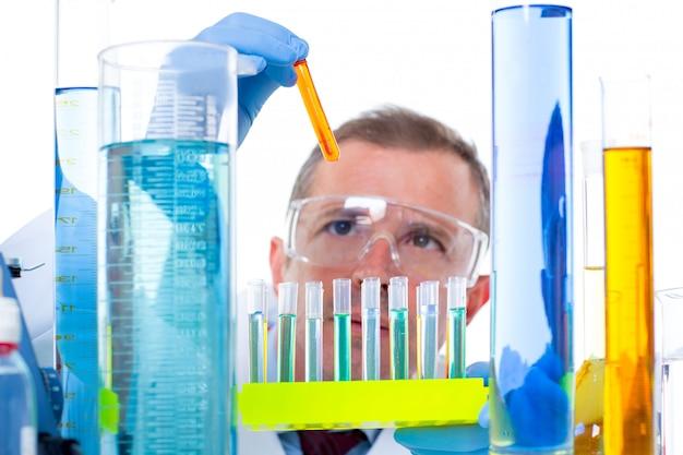 Científico de laboratorio trabajando en laboratorio con tubos de ensayo