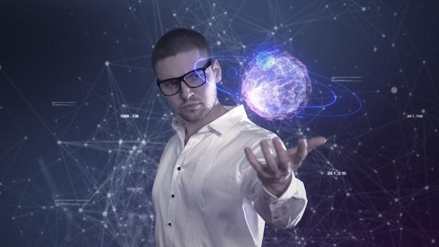 Un científico masculino con una camisa blanca sostiene una bola abstracta en sus manos contra un fondo de plexo