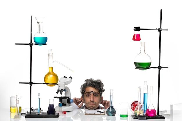 Científico masculino de vista frontal en traje médico blanco