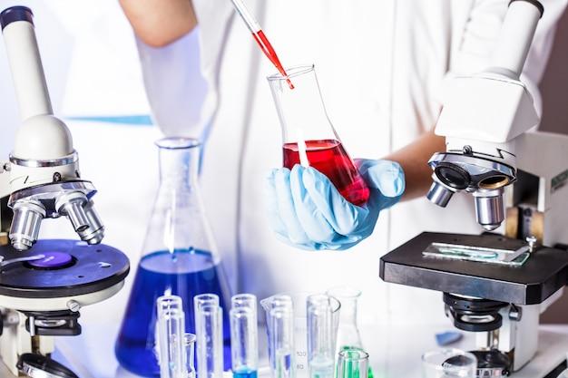 El científico muestra una difusión en la placa de petri