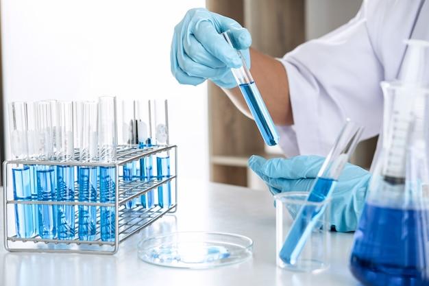 Científico o médico en el laboratorio que trabaja en el laboratorio biotecnológico utilizando equipos para la investigación.