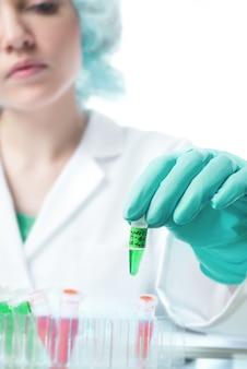 Científico o técnico femenino sostiene muestra biológica líquida