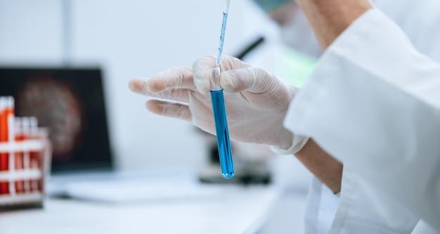 Científico probando tubos de ensayo con muestras.