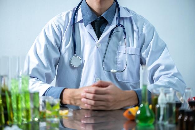 El científico prueba la solución de extracto de producto natural, aceite y biocombustible en el laboratorio de química.