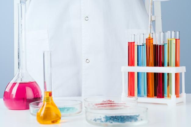 Científico que trabaja con muestras químicas en laboratorio.