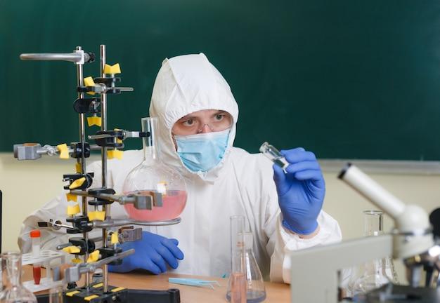 Un científico químico está trabajando en el desarrollo del arma química del agente novichok