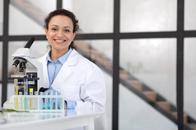 Científico sonriente de tiro medio