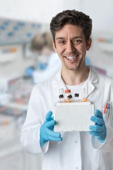 Científico sonriente trabaja en laboratorio