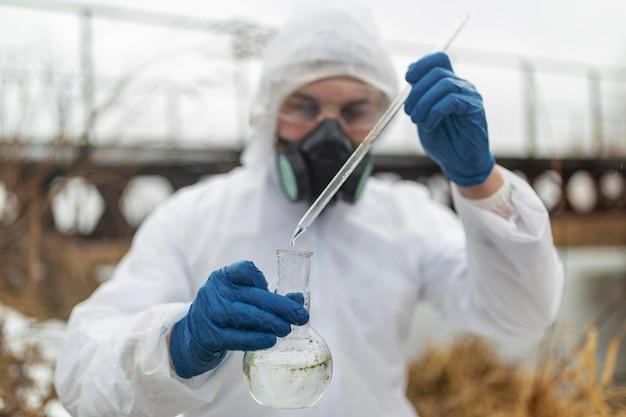 Científico de tiro medio sosteniendo cristalería