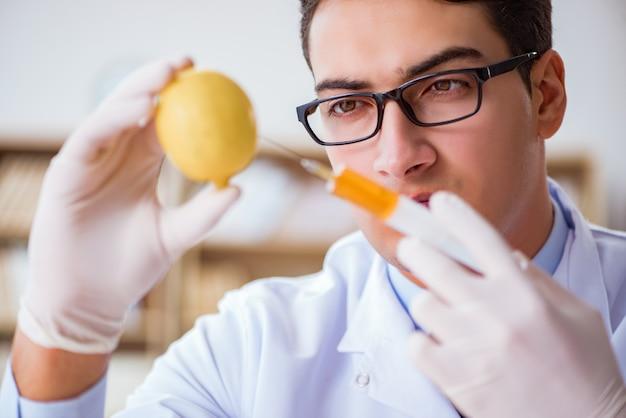 Científico trabajando en frutas y verduras orgánicas.