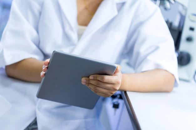 Científico usando tableta en laboratorio