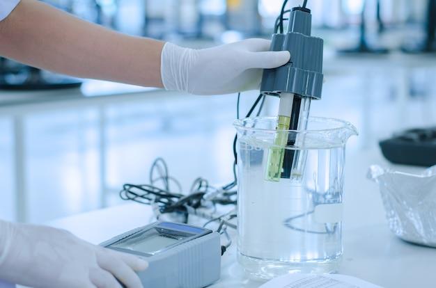 Científico utilizó solución química y pruebas de laboratorio para la calidad del agua o ph medidor en laborato