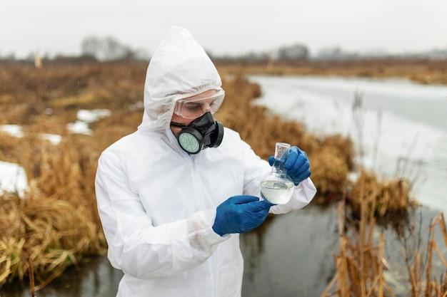 Científico vistiendo traje de protección tiro medio