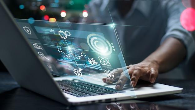 Científicos de datos programador de hombre utilizando algoritmo de análisis y desarrollo de computadora portátil