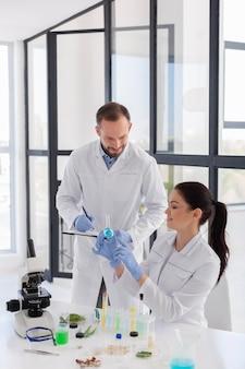 Científicos en plano medio de laboratorio