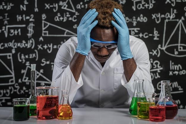 Los científicos tienen estrés en el laboratorio.