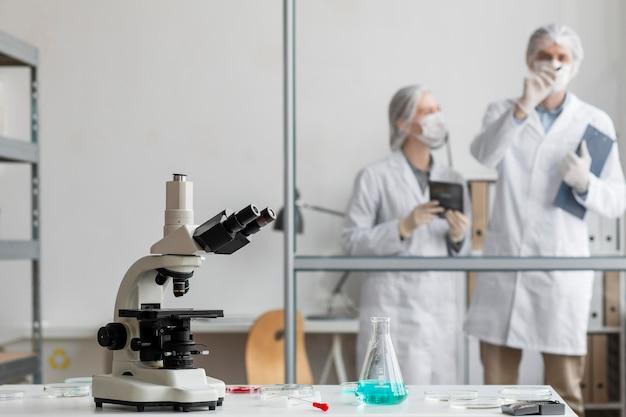 Científicos de tiro medio discutiendo en el laboratorio