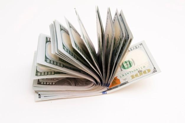 Cientos de dólares en un fondo blanco. dinero, concepto de finanzas.