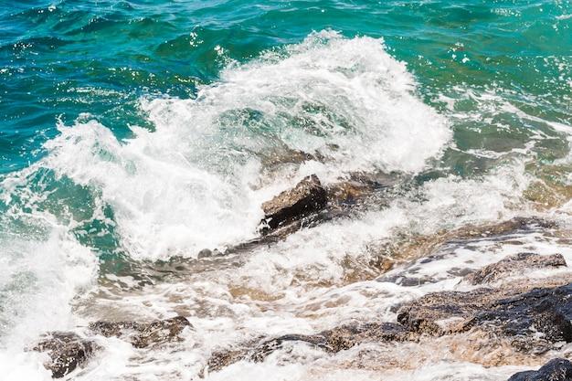 Cierre de agua cristalina con olas.