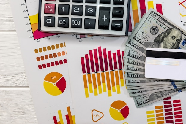 Cierre de diagramas financieros y billetes de dólar