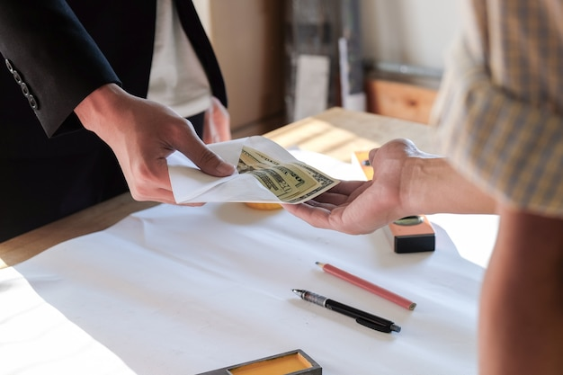 Cierre dos manos mientras paga dinero o bonificación al trabajador y al empleado