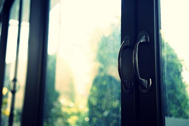 Cierre en una entrada del restaurante. doble puerta de cristal, manijas de las puertas de acero negro