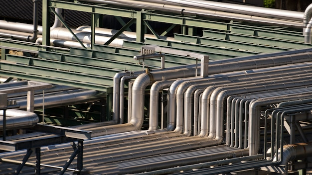 Cierre los equipos, cables y tuberías que se encuentran dentro de la planta petroquímica industrial de refinería de petróleo.