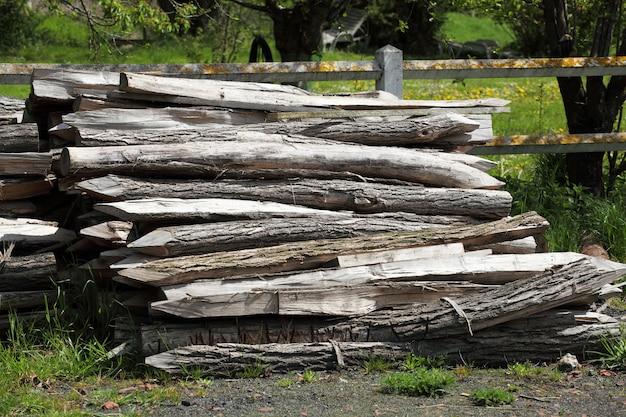 Cierre de estacas de madera.
