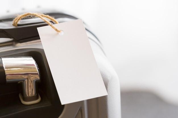 Cierre de etiqueta de etiqueta de equipaje en blanco en una maleta