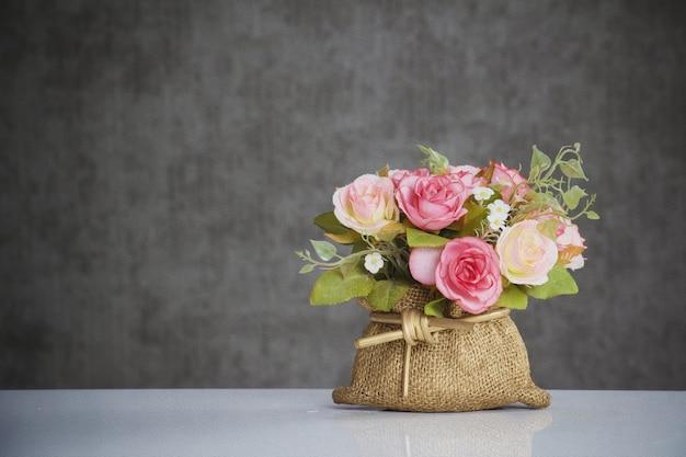 Cierre de flor de plástico y proceso con pintura al óleo.